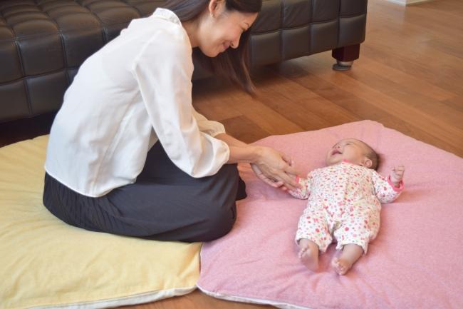 ベビーを寝かしつけるママ