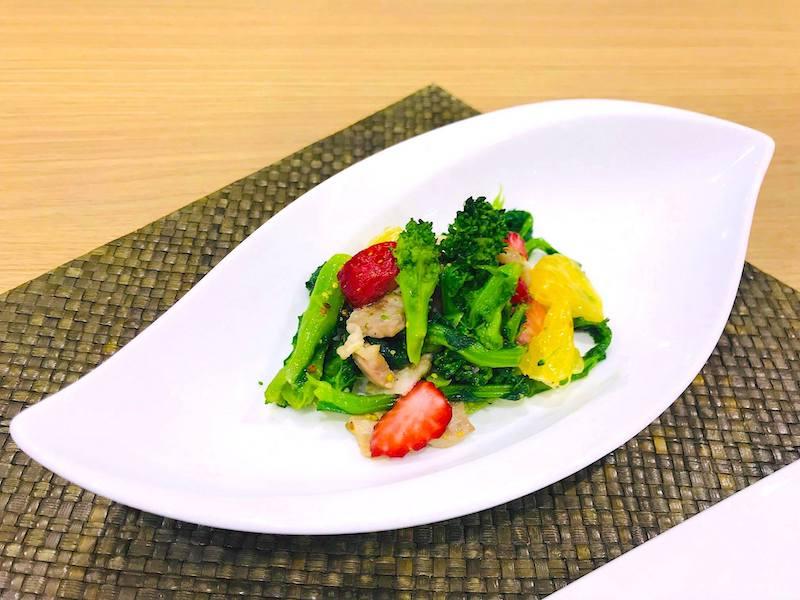 菜の花といちごのサラダ