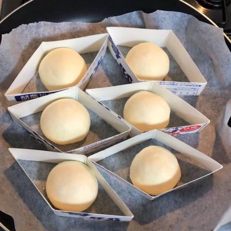フライパンに乗せた豆腐もちもちパンの生地