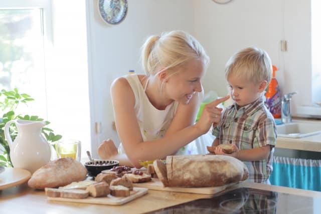 キッチンのママと子ども