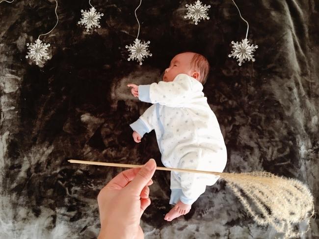 ホウキで空を飛ぶ赤ちゃん