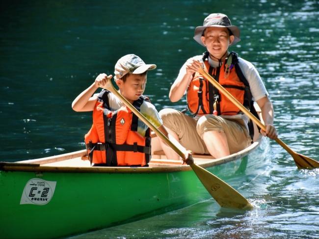 カヌーを楽しむ父子