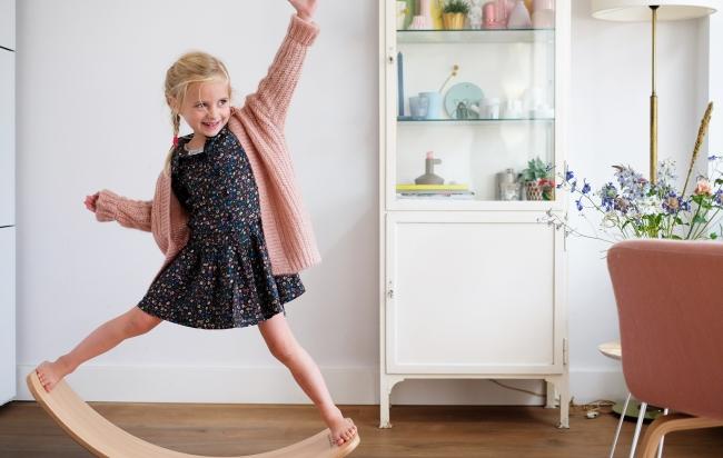 「Wobbel(ウォーベル)」で遊ぶ女の子