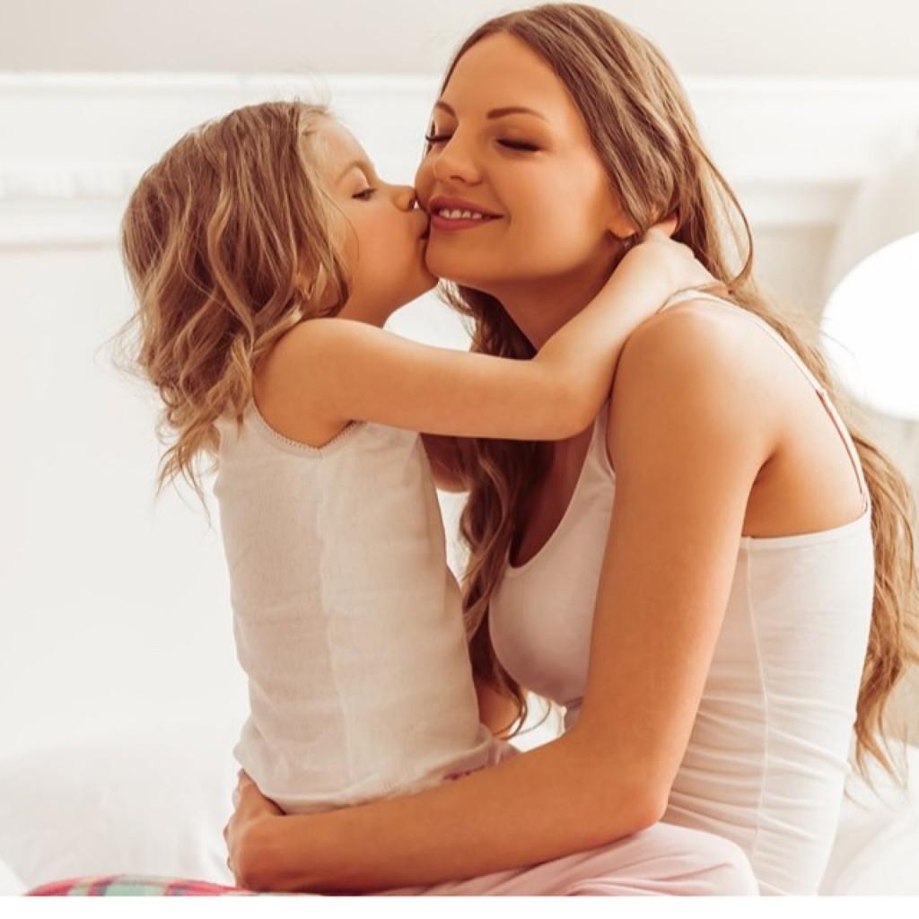 ママにキスをする子ども