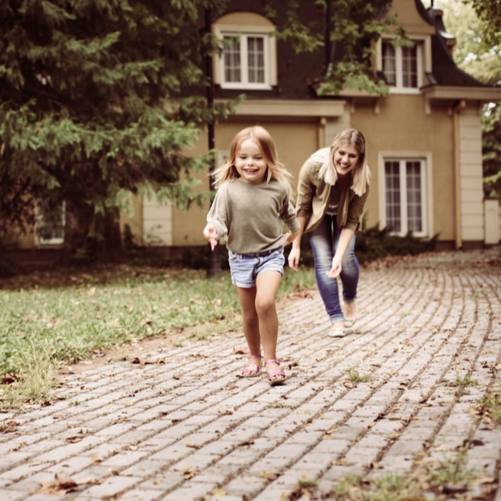 裸足で走る女の子とママ