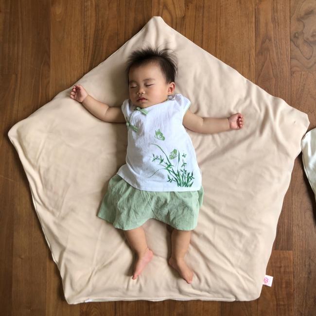ぐっすり座布団専用さらさらニットカバーで眠る赤ちゃん
