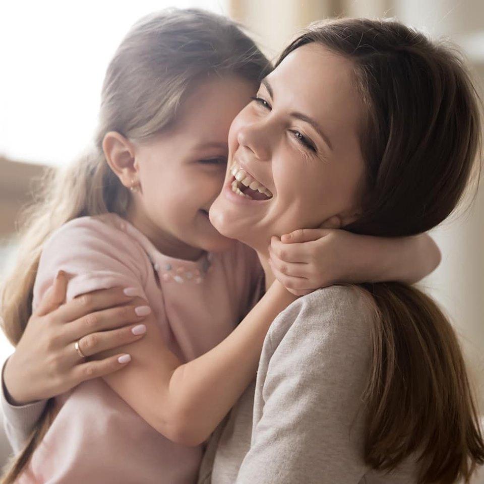 ハグする母と娘