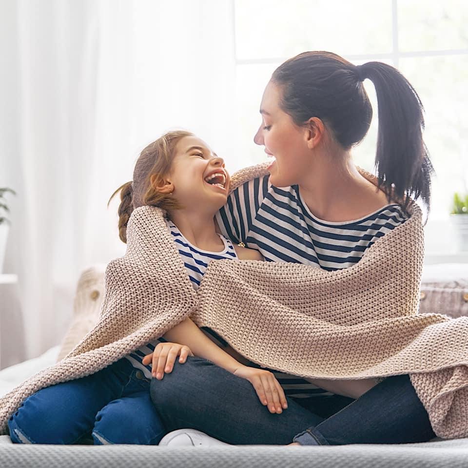 毛布にくるまる母と娘