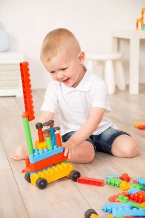 知育ブロック「ポリエム」で遊ぶ子ども