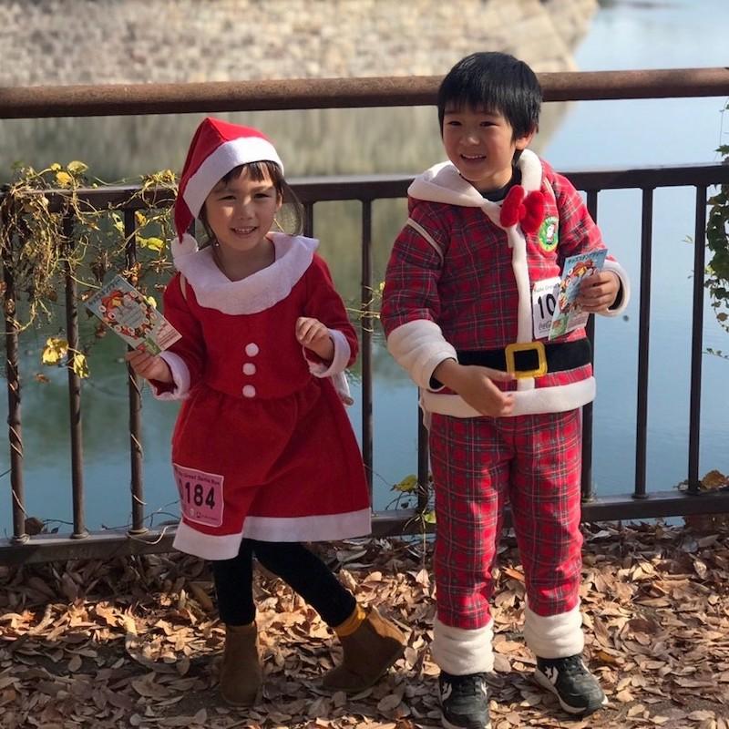 サンタの衣装を着た子どもたち