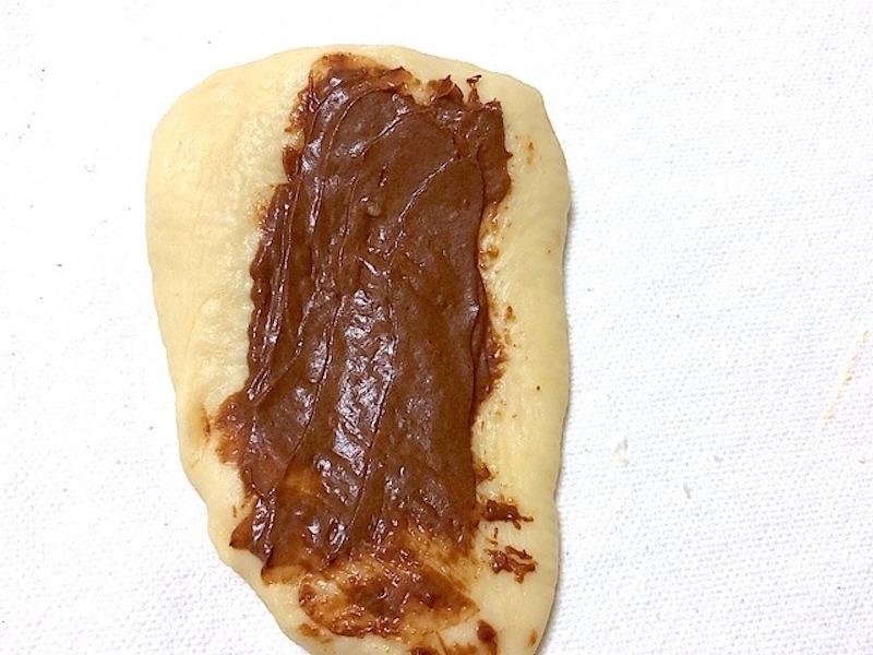 伸ばした生地にチョコを塗る