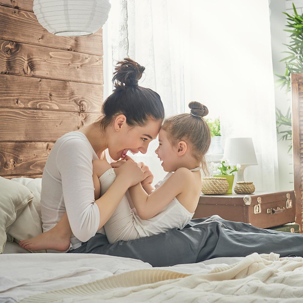 ベッドで戯れるママと娘