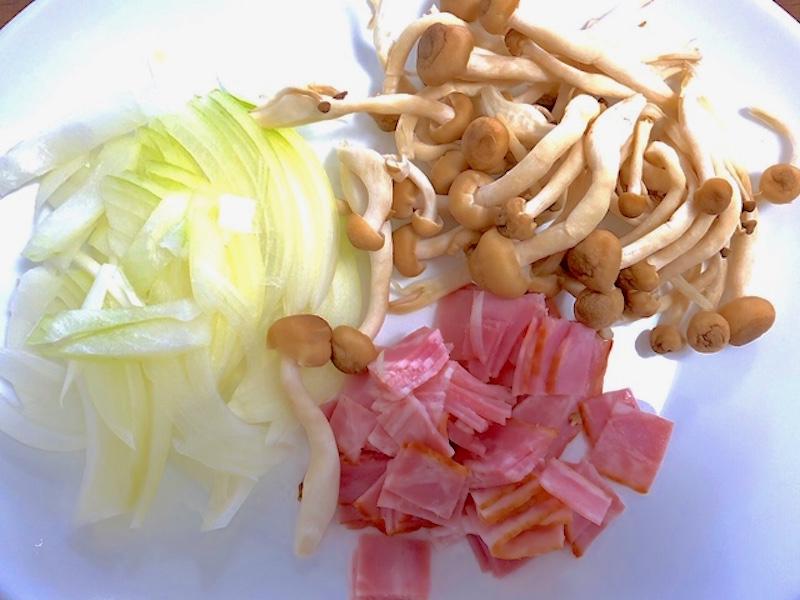 玉ねぎは薄切り、2センチ角に切ったベーコン、しめじ