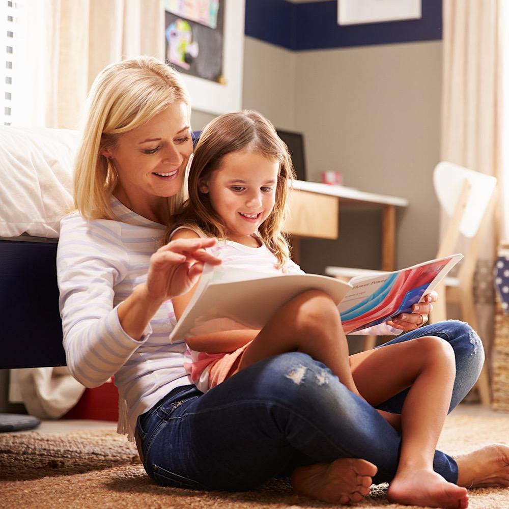 絵本を一緒に読むママと娘