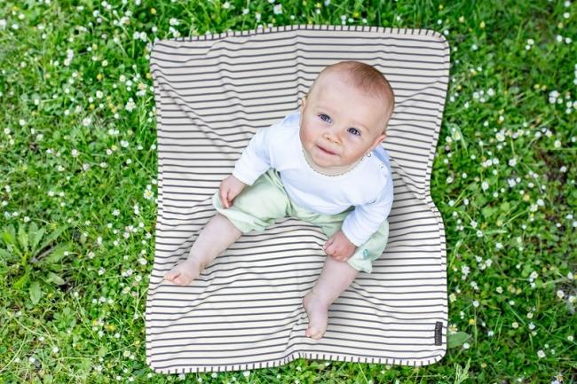 シャダン マルチブランケットにすわる赤ちゃん