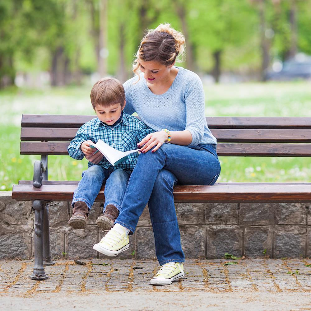 読書をする母と娘
