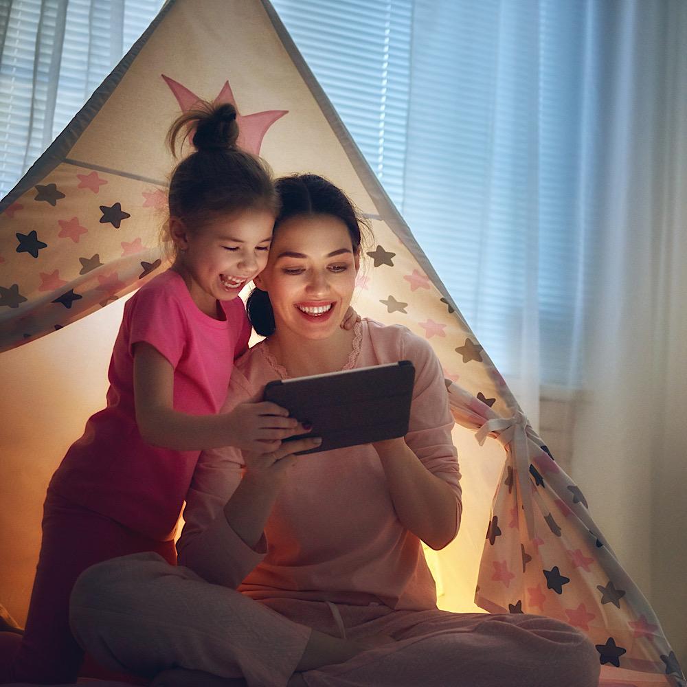 タブレットを見て楽しむ母と娘
