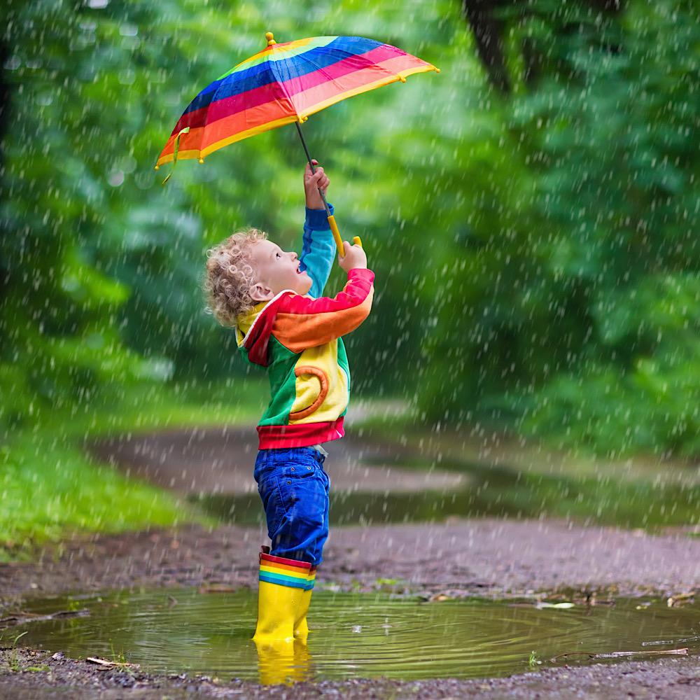 傘で遊ぶ子ども