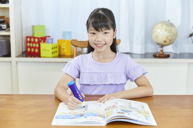 英語学習をする女の子