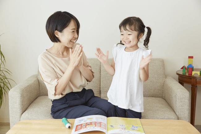 英語の勉強をする子どもとママ