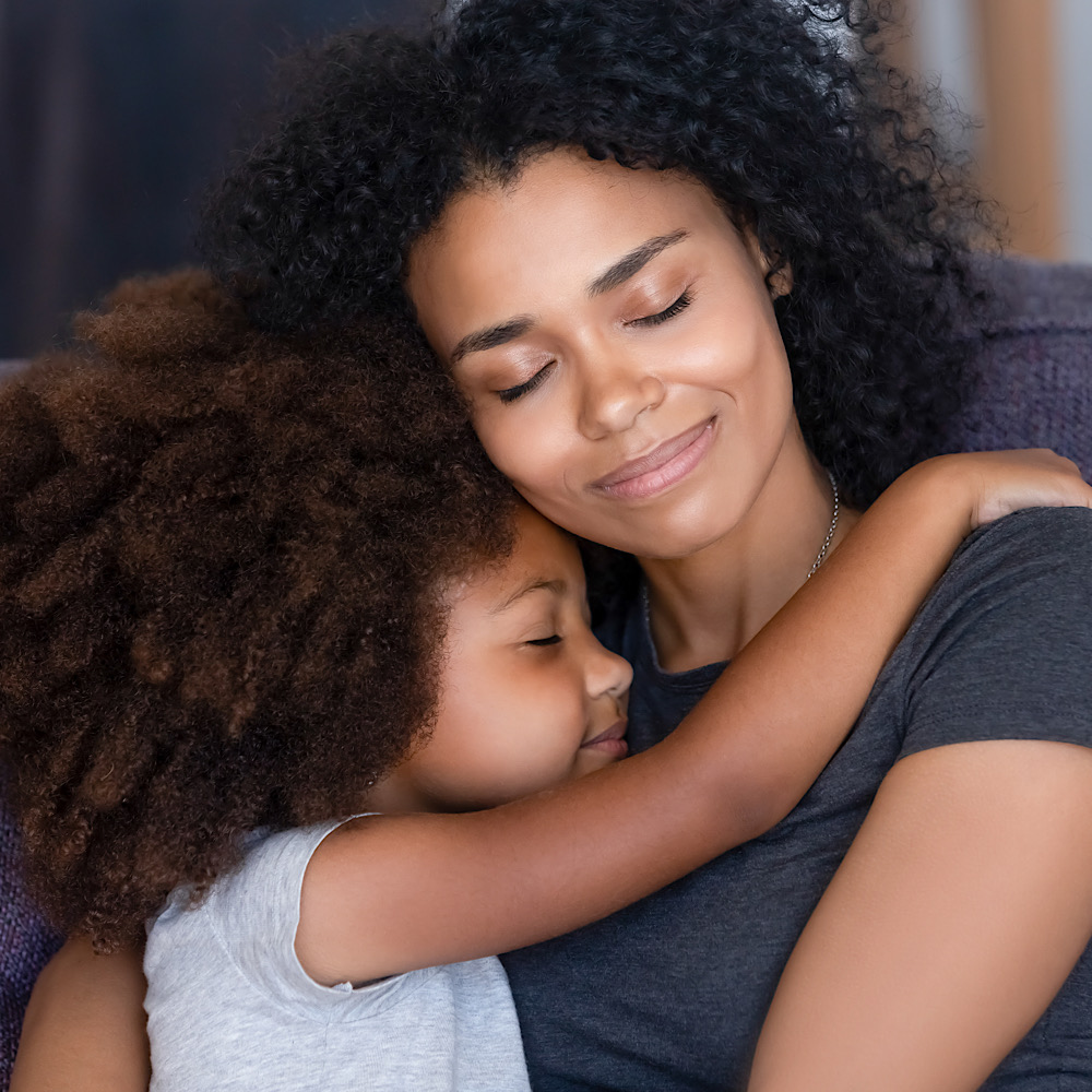 抱き合う母と娘