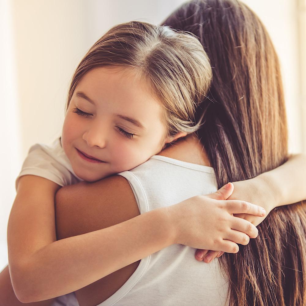 ハグをする母と娘