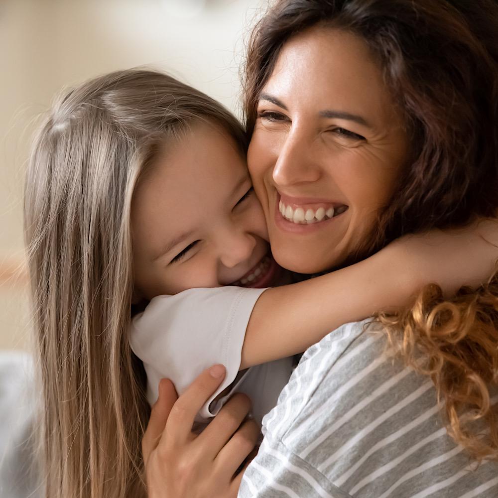 ハグをする娘とママ
