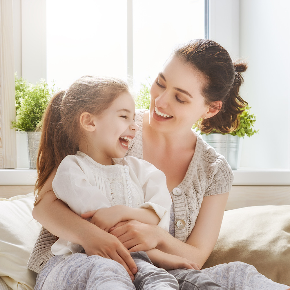 笑顔で見つめ合う、母親と女の子