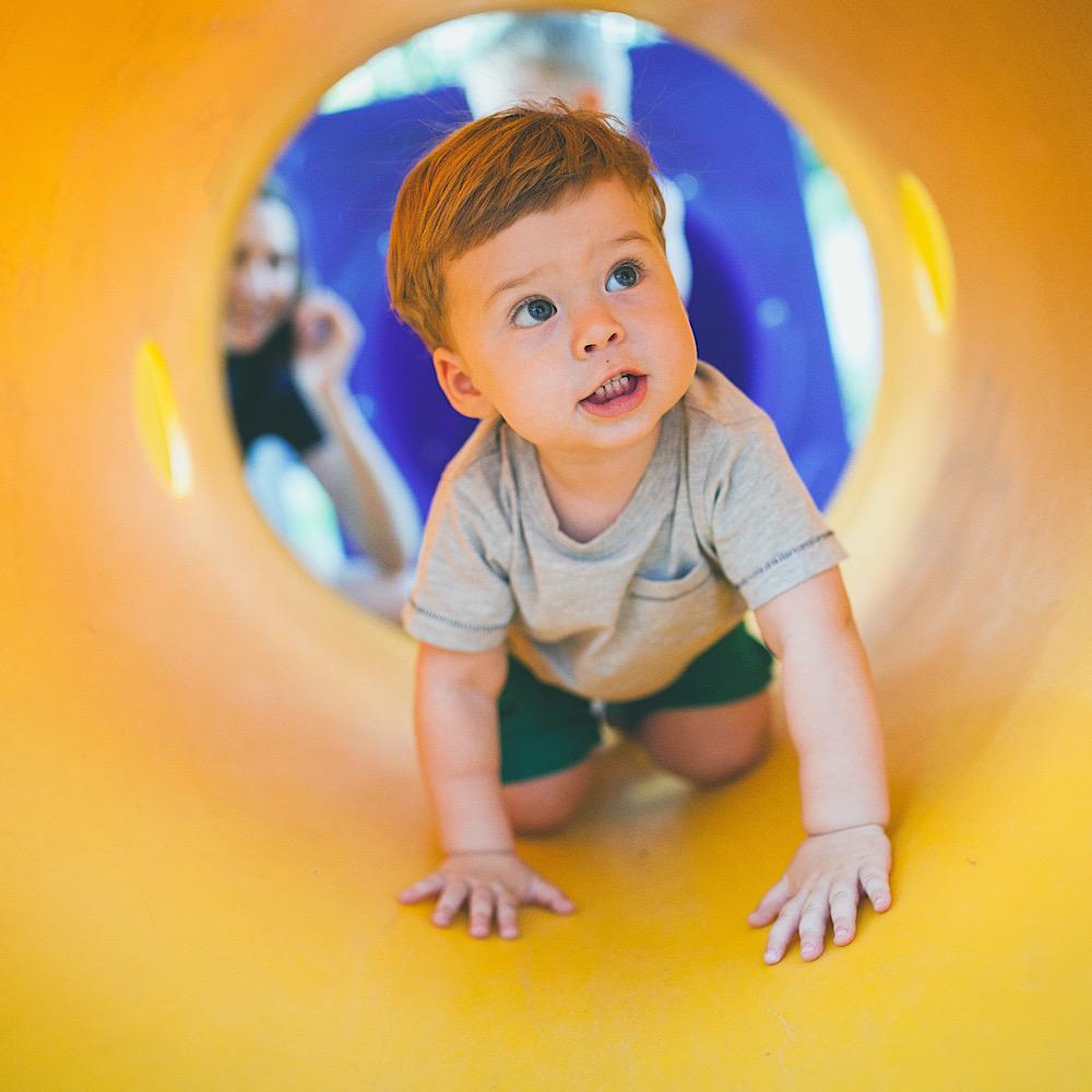 トンネル遊具で遊ぶベビーちゃん