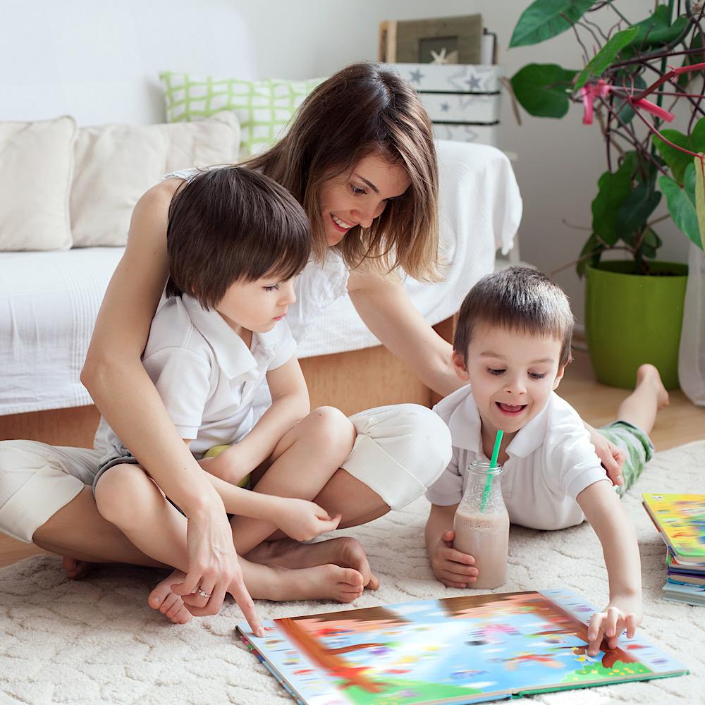 ママと一緒に遊ぶ子どもたち