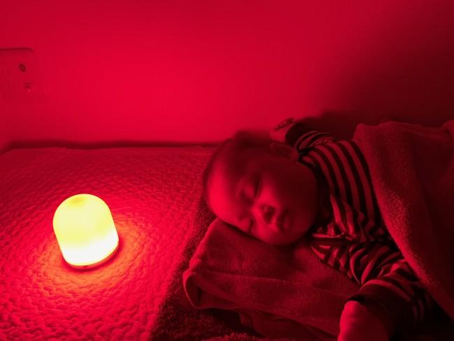 赤いライトで寝る赤ちゃん