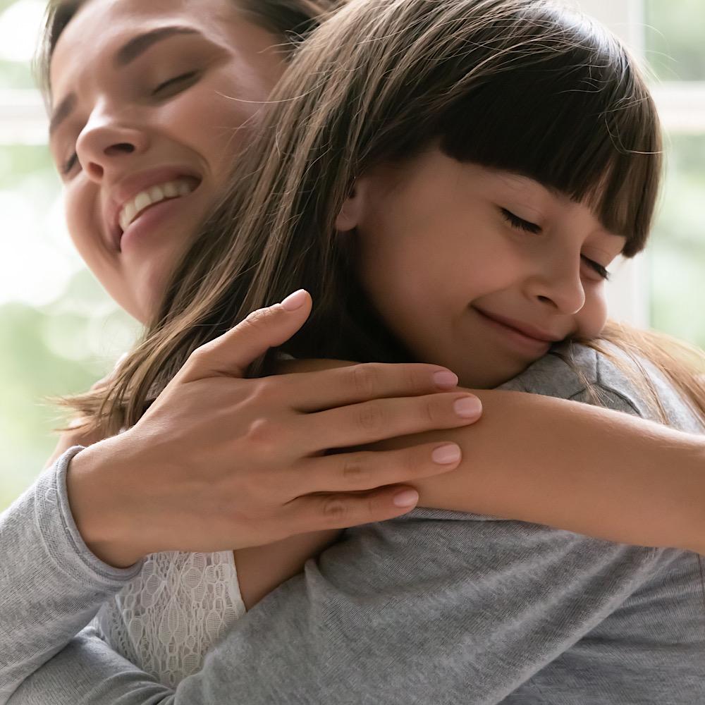 ハグをするママと女の子