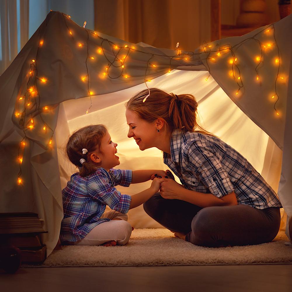お部屋キャンプ中のママと子ども