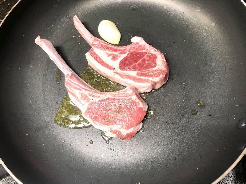 ラム肉を焼く