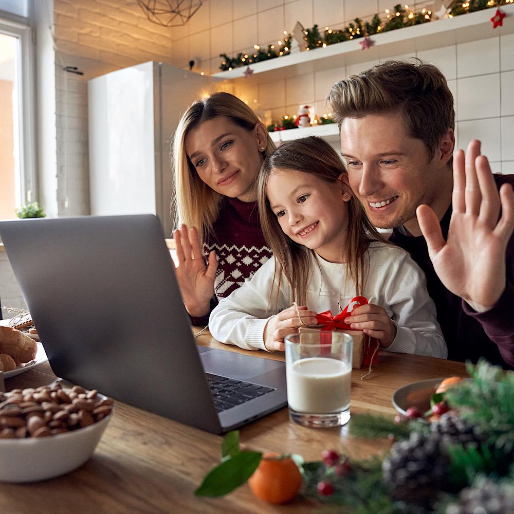 パソコンの前でビデオ通話をする家族
