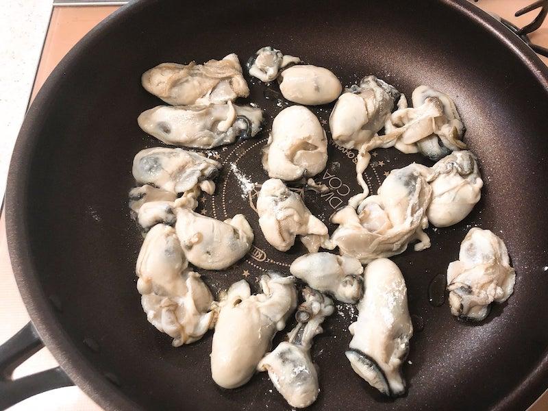 牡蠣を両面カリッと焼く