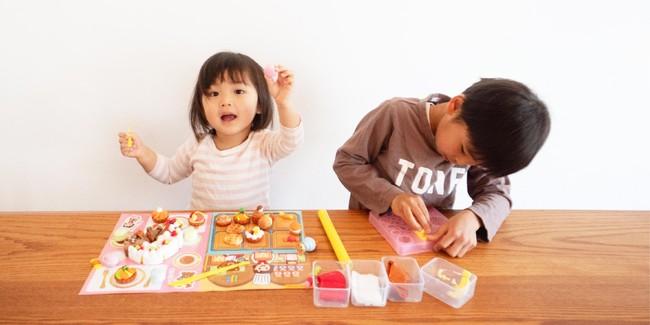 シリコンねんどケーキやさんセットで遊ぶ子ども