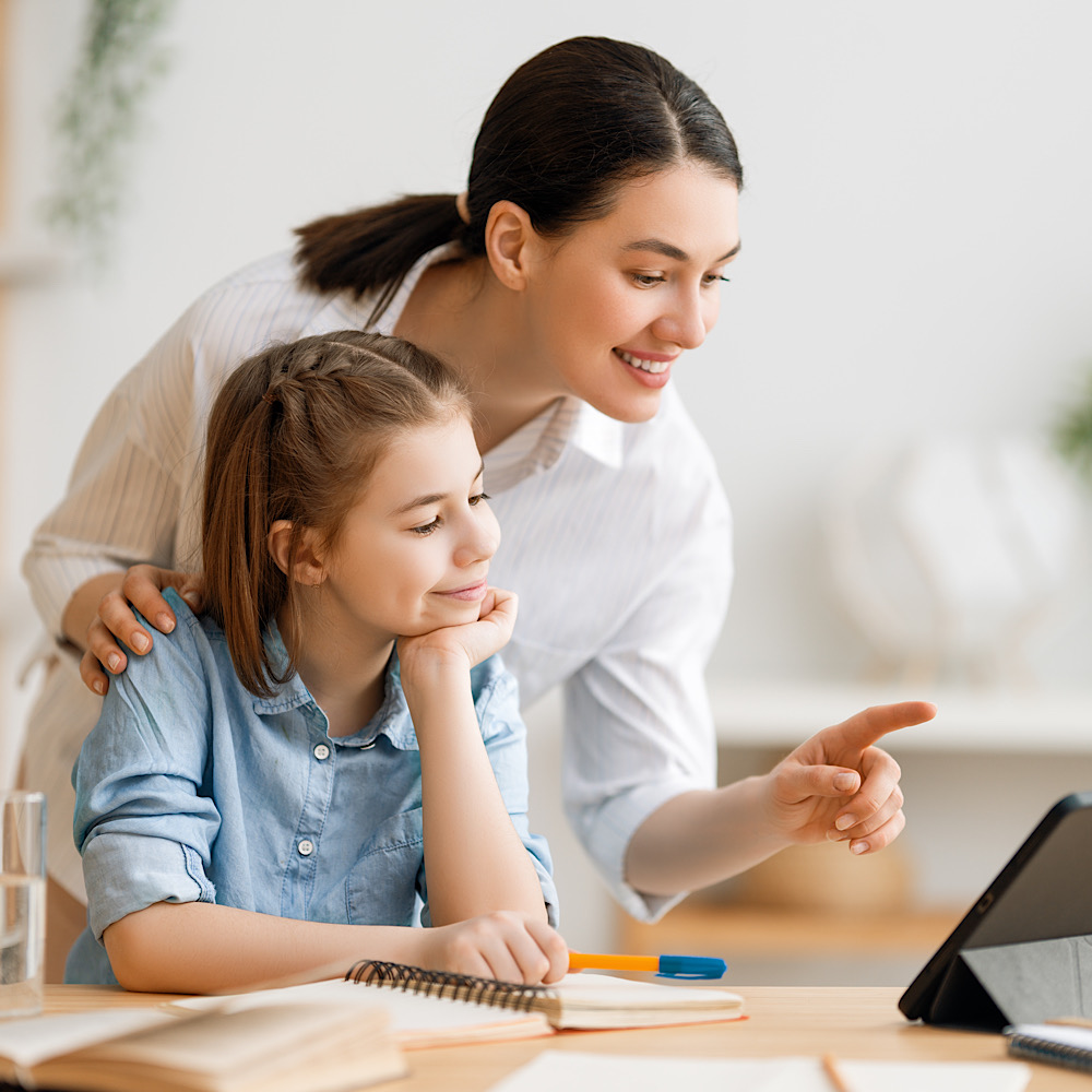 勉強を子どもに教えるママ