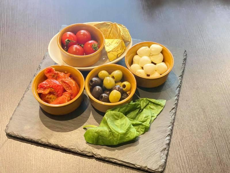 セミドライトマトとオーリーブのカプレーゼの材料