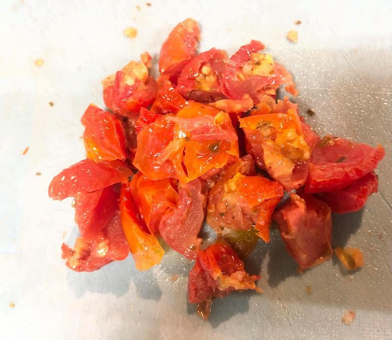 セミドライトマトを小さく切る様子