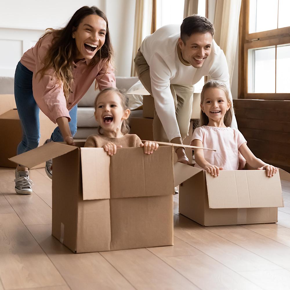 段ボール箱で遊ぶ家族