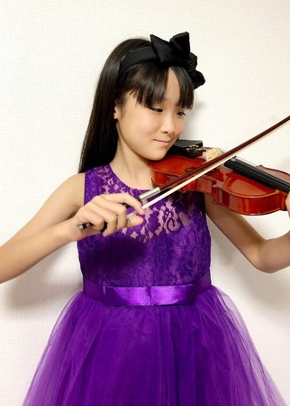 こどものドレス姿バイオリン