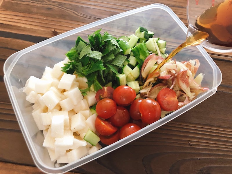 めんつゆと酢を合わせたタレを注ぎ入れる。