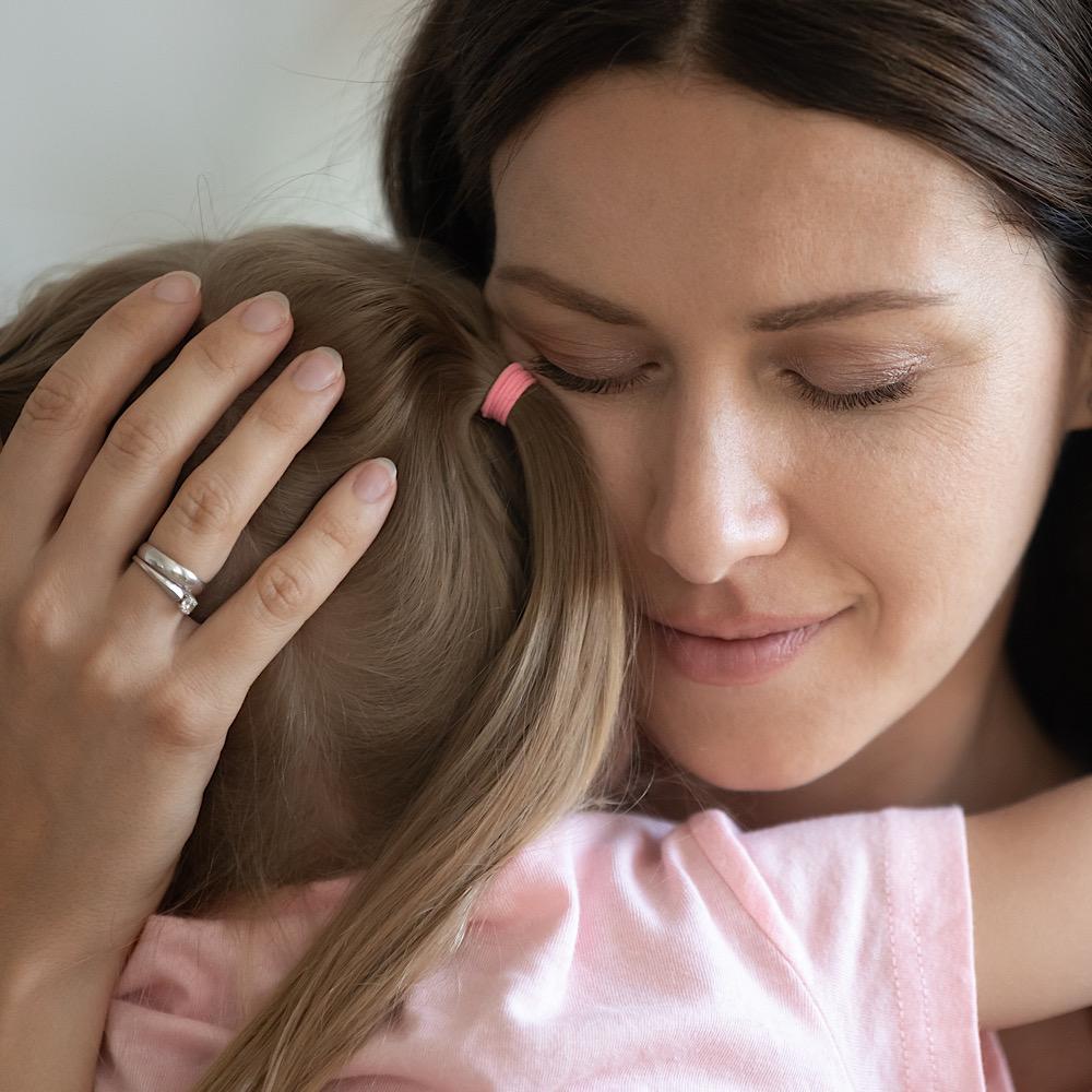 娘をハグするママ
