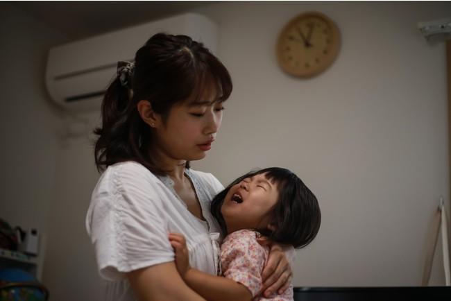 夜泣きをする子供とママ