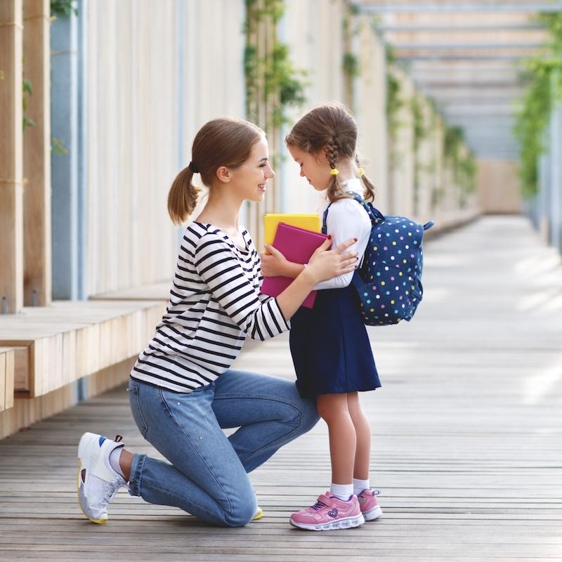学校での初日。 母は一年生の小さな子供の女子高生を導きます