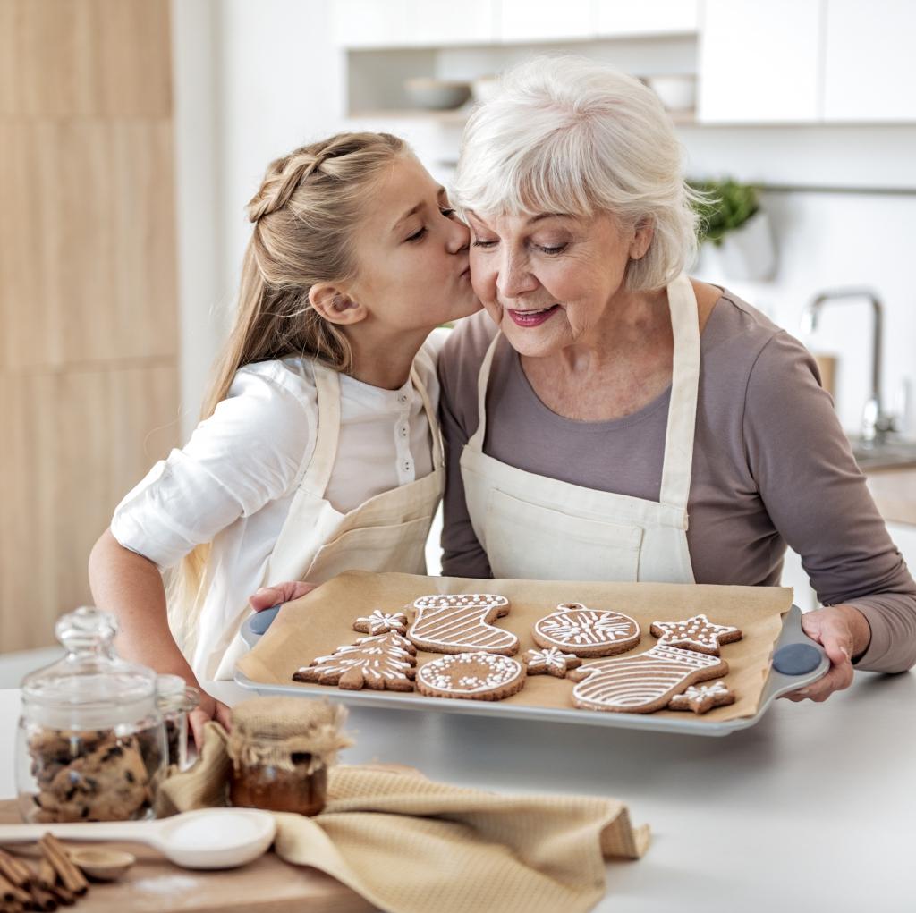 一緒にお菓子を作る祖母と孫娘