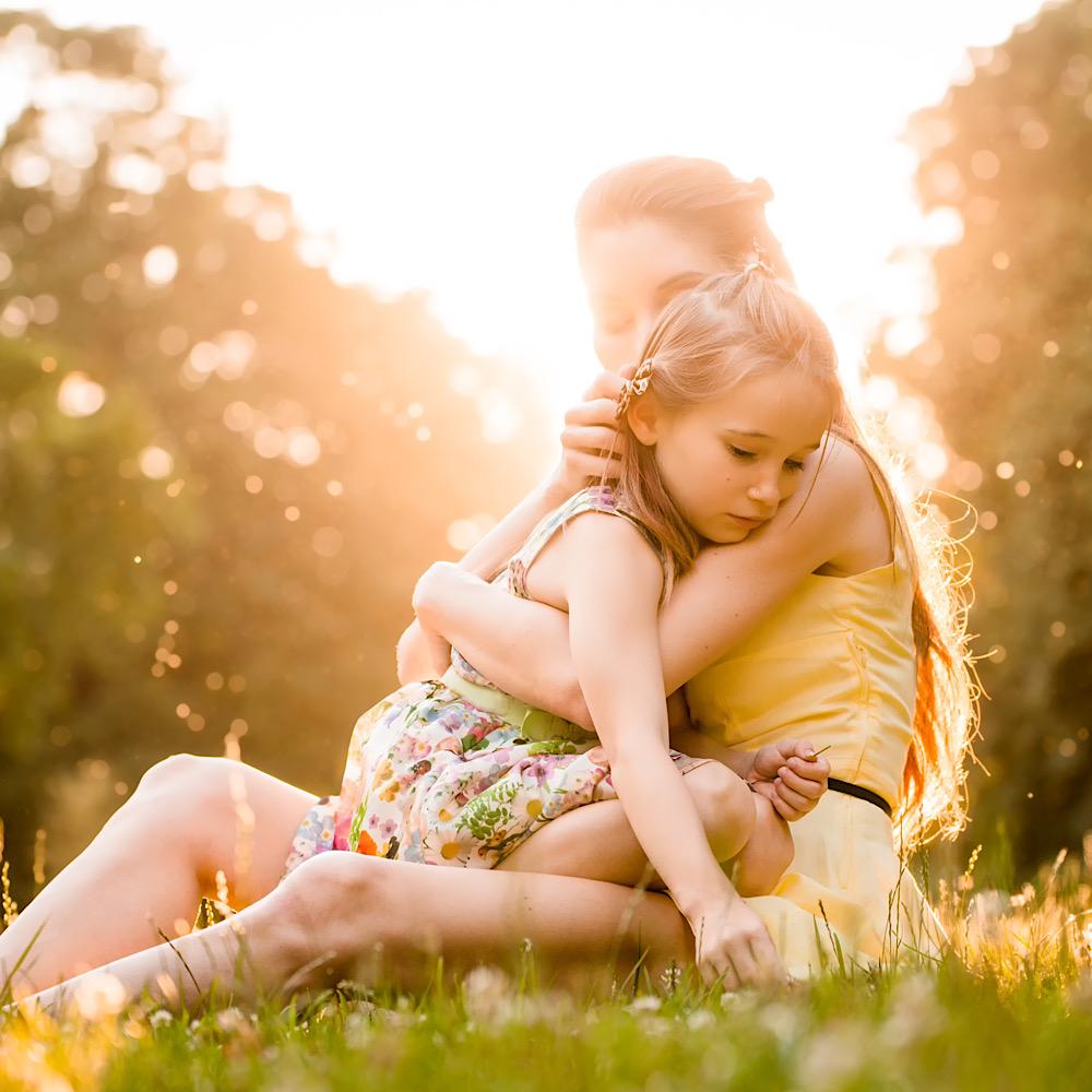 ママにハグをされている女の子