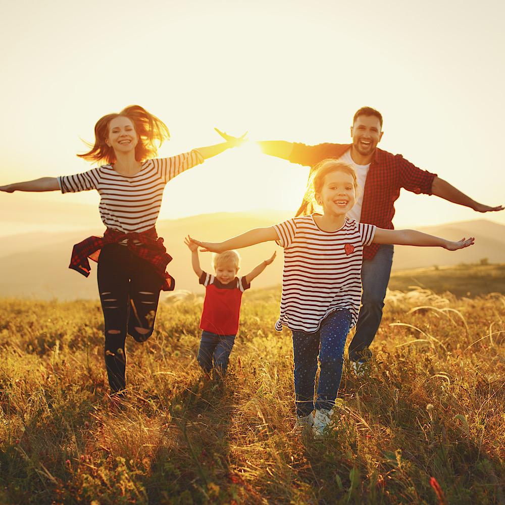 家族で遊ぶ姿のイメージ